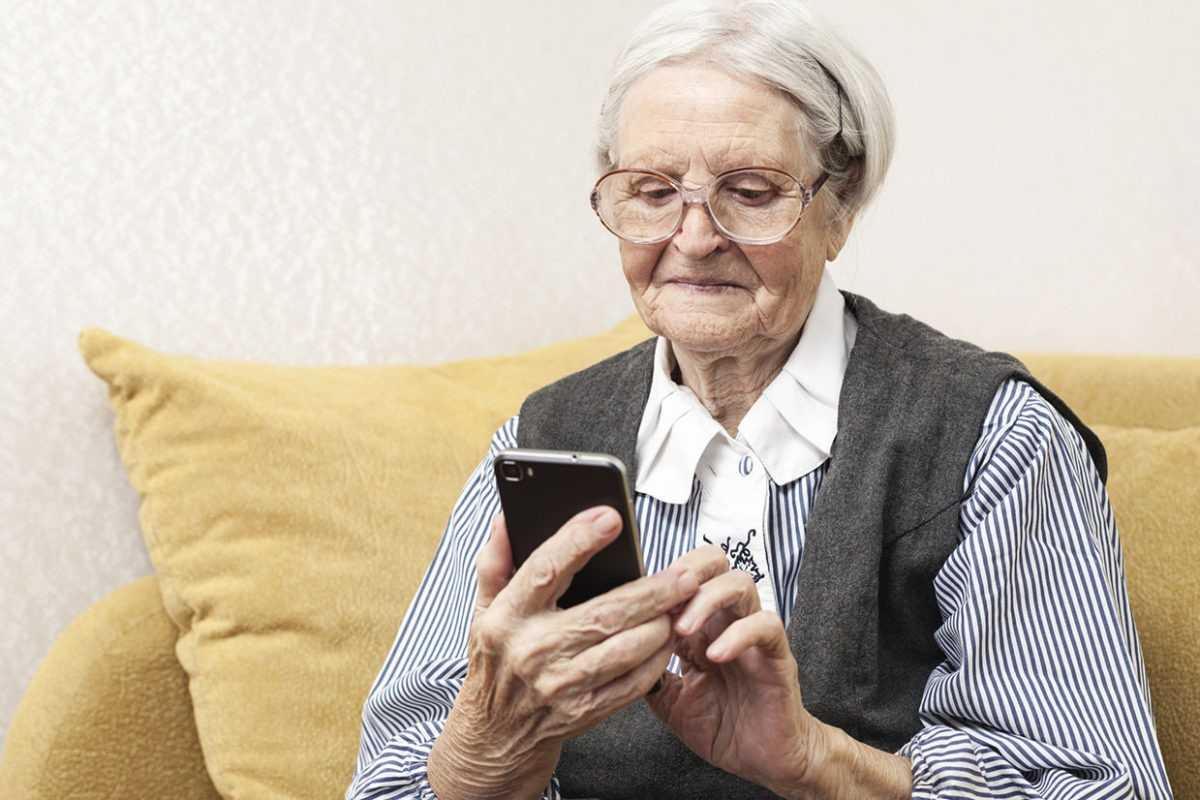 Бабушка со смартфоном